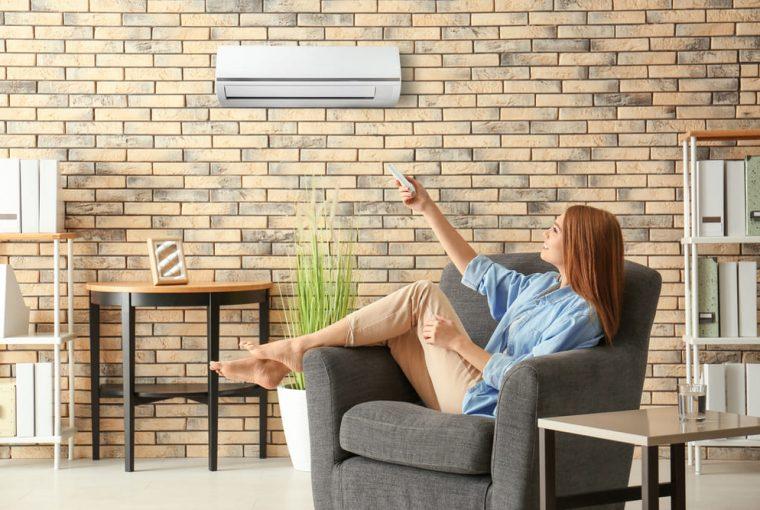Condizionatore dual split installato su parete di casa